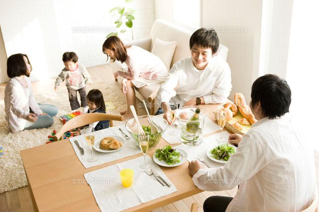 ホームパーティーで楽しむ家族 (c)STUDIO TEC/a.collectionRF