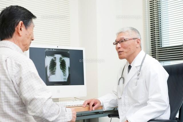 老人患者を診察する中高年の医師 (c)moonbase