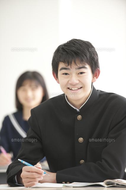 授業中の中学生男女 (c)moonbase