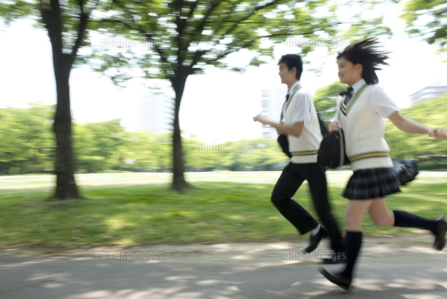 走る夏服高校生カップル (c)moonbase