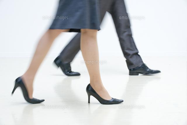 オフィスを歩くOLとビジネスマンの足<br /> (c)moonbase