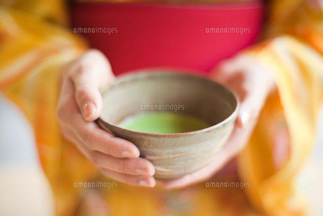 茶碗を持つ女性の手元 (c)UFO RF/a.collectionRF