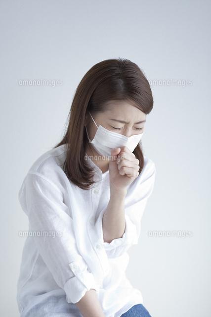 マスクをして咳き込む女性 (c)UFO RF/a.collectionRF