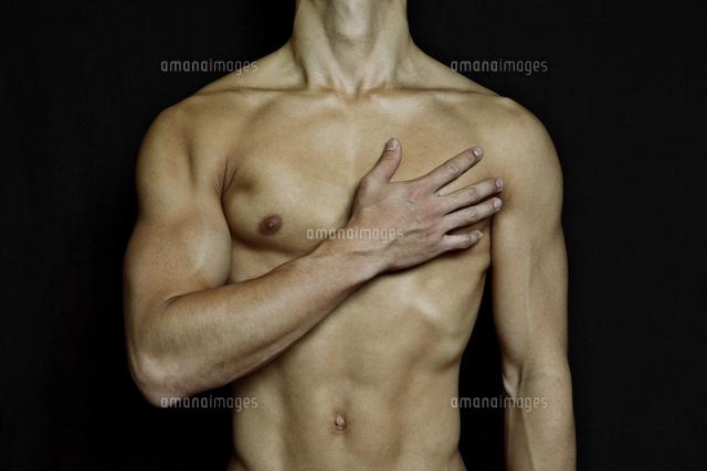胸に手をあてる筋肉質の男性の上半身 (c)UFO RF/a.collectionRF