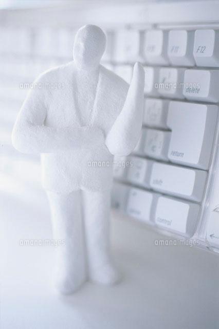 キーボードと男性の人形 白 (c)Konno Noriyoshi/a.collectionRF