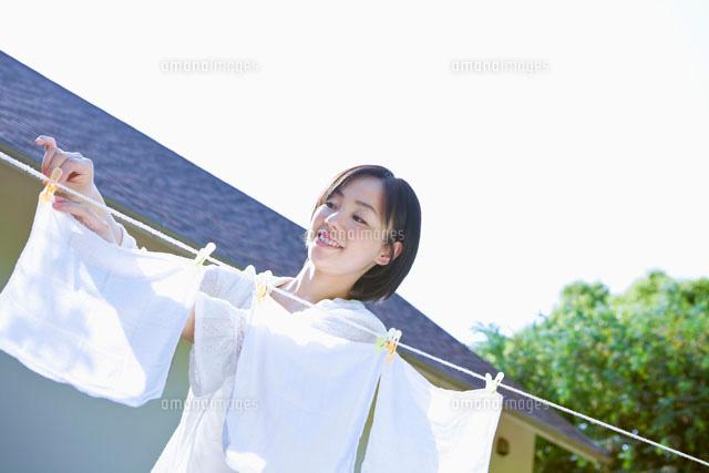 洗濯物を干す日本人女性 (c)Pholdar nine/a.collectionRF