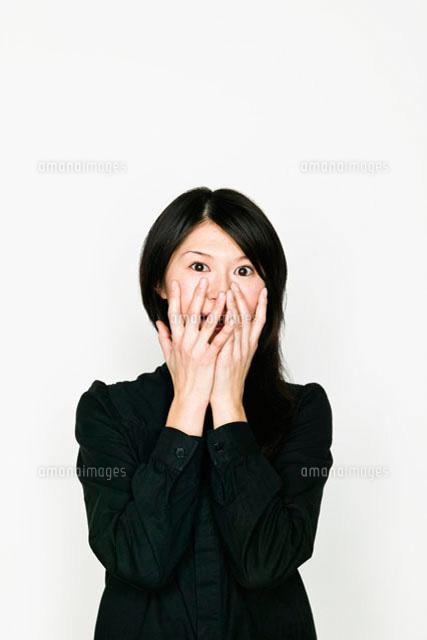 手で顔を覆う日本人女性 (c)Pholdar nine/a.collectionRF