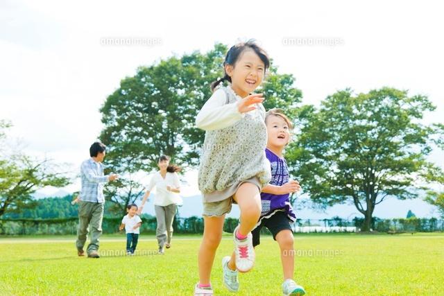 芝生を走る日本人の家族 (c)Pholdar nine/a.collectionRF