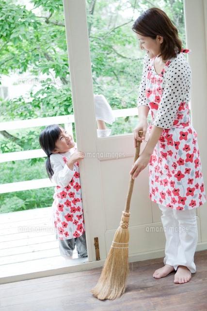 掃除をする日本人の母と娘 (c)Pholdar nine/a.collectionRF