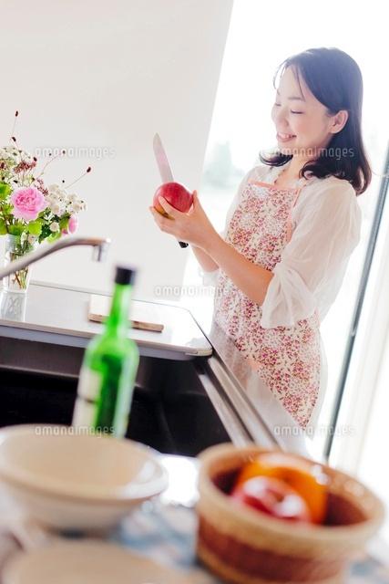 キッチンに立つ日本人女性 (c)Pholdar nine/a.collectionRF