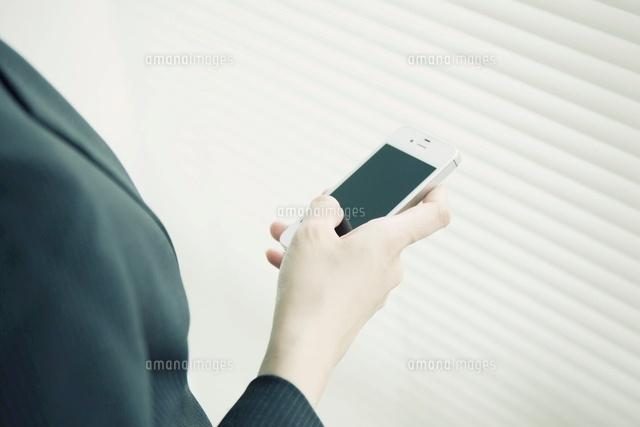 スマートフォンを操作する女性の手元 (c)Pholdar nine/a.collectionRF