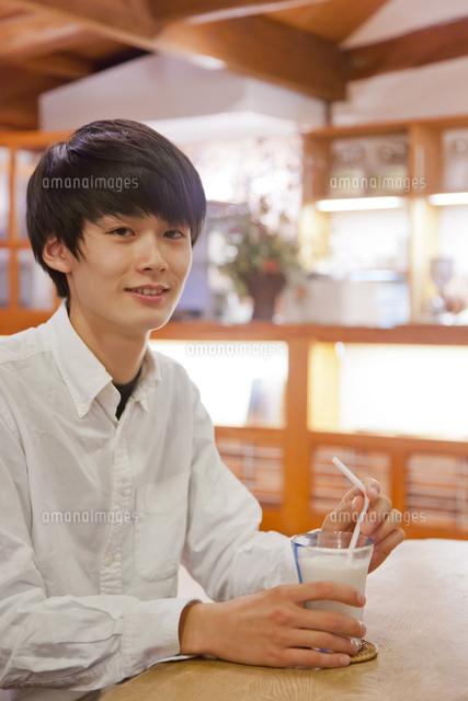 カフェのテーブルで微笑む日本人の男性 (c)Pholdar nine/a.collectionRF