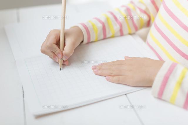 ノートに書く女の子の手元 (c)Pholdar nine/a.collectionRF