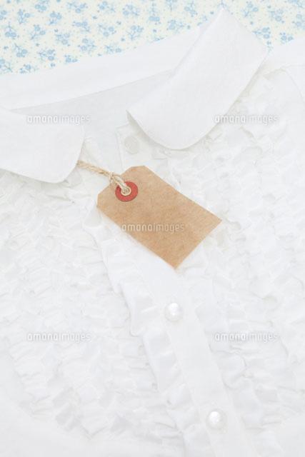 白いブラウスとタグ (c)JUNKO KUBOTA/a.collectionRF