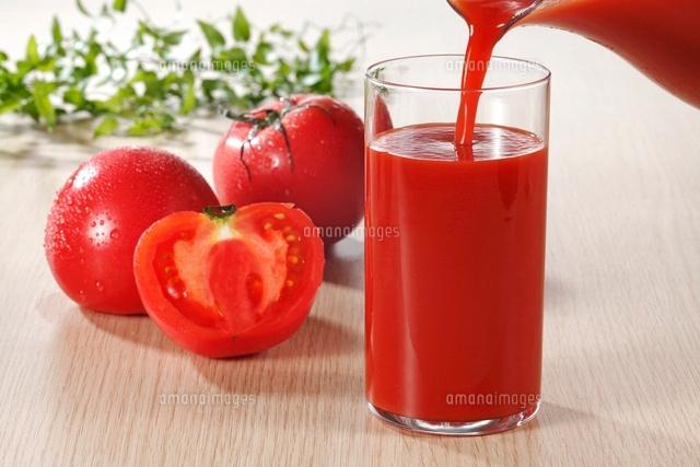 グラスに注ぐトマトジュース (c)TOHRU MINOWA