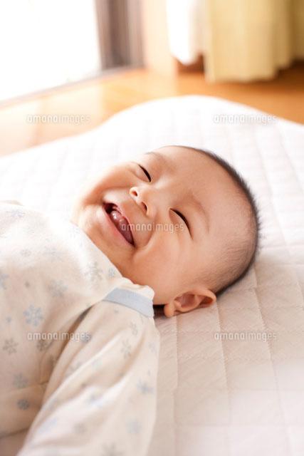 寝ながら笑う赤ちゃん[10337000117]| 写真素材・ストックフォト ...