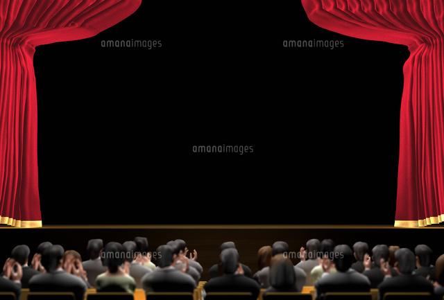 幕の開いた暗い舞台と観客 (c)SHIROH KOHNO/a.collectionRF