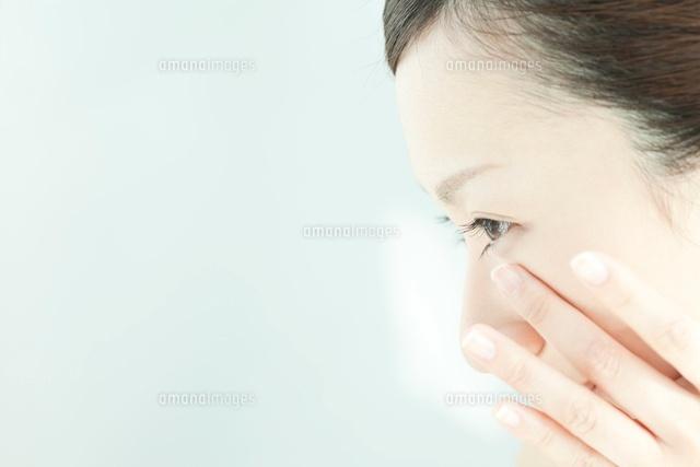 顔をマッサージする女性のスキンケアイメージ (c)RYO/a.collectionRF