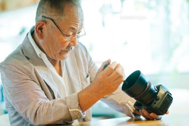 一眼レフカメラを持つシニア男性 (c)RYO/a.collectionRF