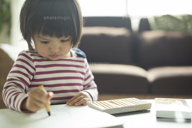 お絵描きをする女の子 (c)RYO/a.collectionRF