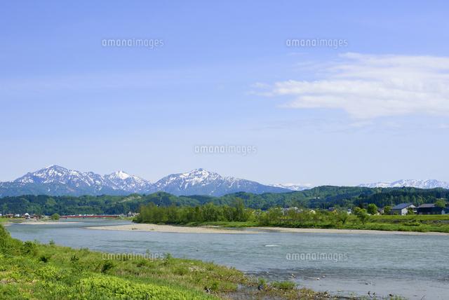 雪が残る越後三山と魚野川 (c)Niigata Photo Library/a.collectionRF