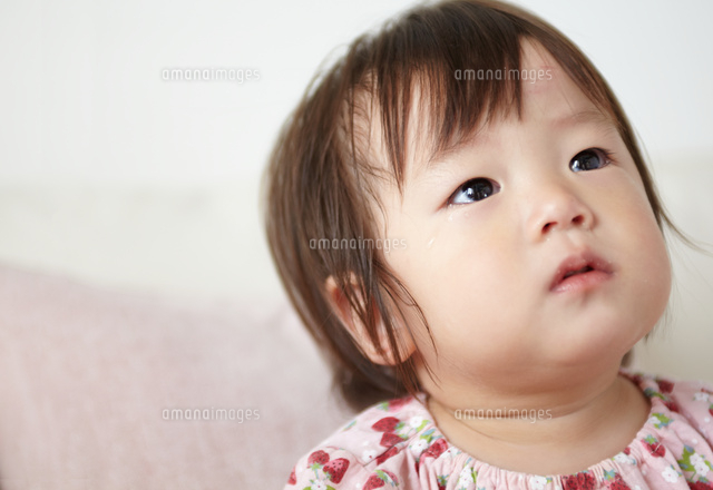 泣き止んだ赤ちゃんが何かを見つめている (c)SHAKTI/a.collectionRF