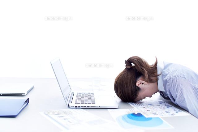 パソコンの前でうつむく女性 (c)SHAKTI/a.collectionRF