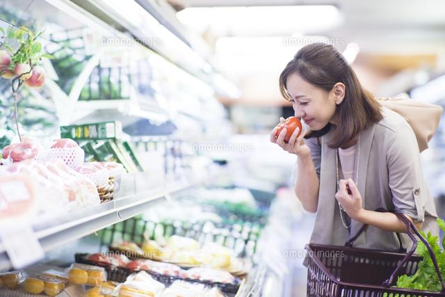 スーパーで買い物をする女性 (c)UFO RF/a.collectionRF