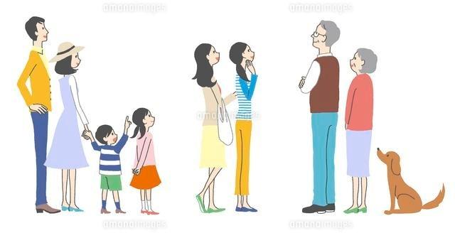 ポスターや看板を見ている人々、家族、主婦、老夫婦 (c)GOKU/a.collectionRF