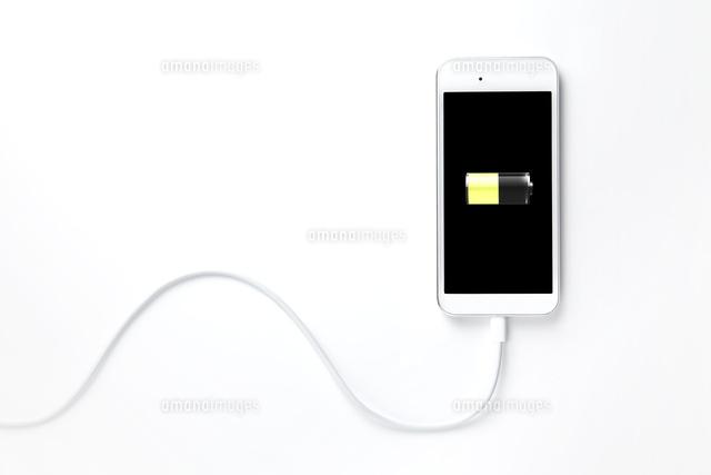 充電中のスマートフォン (c)KTN/a.collectionRF