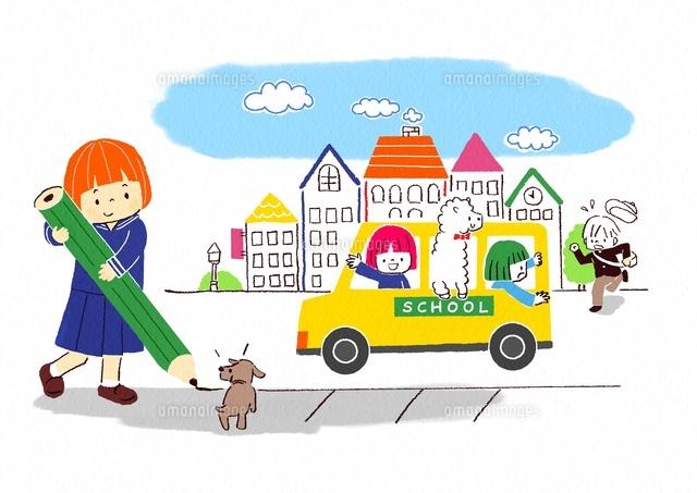 鉛筆を持つ小学生とスクールバスに乗るこども (c)Fumi Watanabe/a.collectionRF
