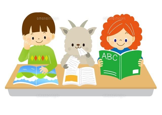 本を広げて勉強をする子供たちとヤギ (c)Fumi Watanabe/a.collectionRF