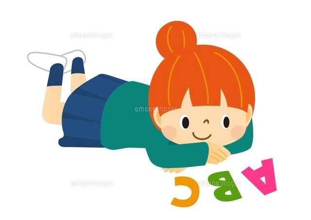寝ころんでアルファベットを眺めている女の子 (c)Fumi Watanabe/a.collectionRF