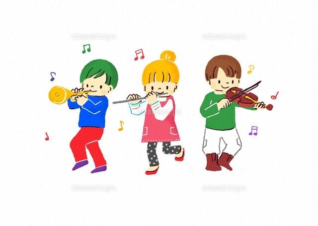 楽器を演奏するこどもたち (c)Fumi Watanabe/a.collectionRF