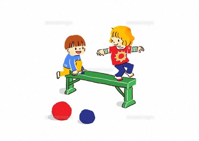 平均台であそぶ子供たち (c)Fumi Watanabe/a.collectionRF