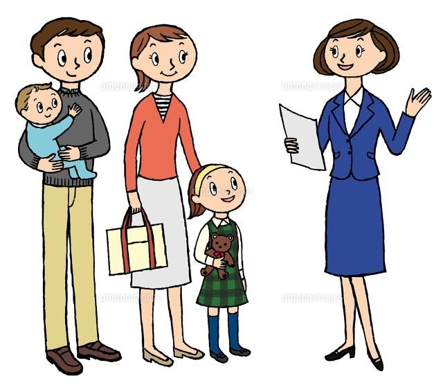 店員と会話をする家族 (c)Asterisk/a.collectionRF