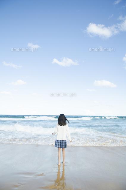 ビーチでたたずむ制服姿の女の子 (c)Emi Komagata/a.collectionRF