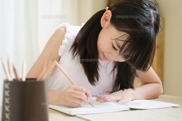 鉛筆を持って勉強をしている女の子 (c)Emi Komagata/a.collectionRF