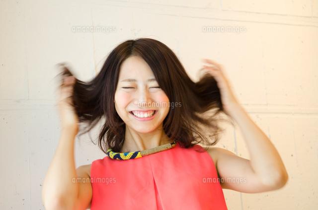 髪をくしゃくしゃにしている女性 (c)Emi Komagata/a.collectionRF