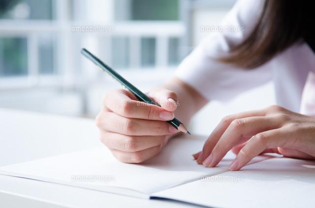 ノートと鉛筆を持っている手 (c)Emi Komagata/a.collectionRF