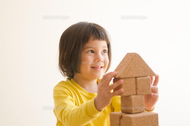 ブロックで遊ぶ女の子 (c)Emi Komagata/a.collectionRF