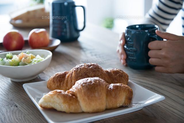 朝食風景と女性の手元 (c)Emi Komagata/a.collectionRF