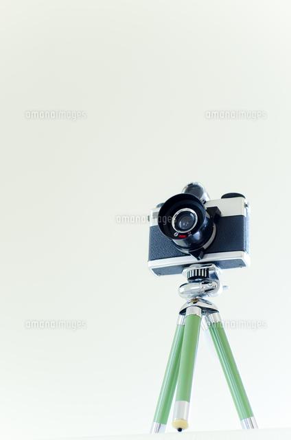 三脚の付いた古いカメラ (c)Hiroshi Murakami/a.collectionRF