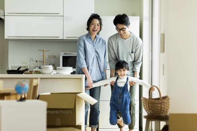 引越しをする家族 (c)RYO/a.collectionRF