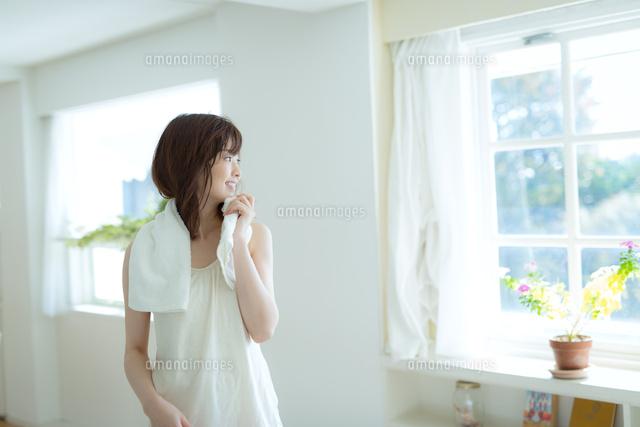 爽やかな朝にシャワーを浴びた女性 (c)forty-one/amanaimagesRF