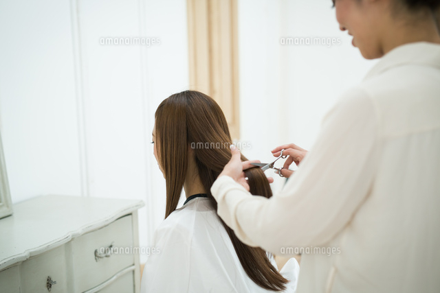 美容師と髪の長いお客 (c)forty-one/amanaimagesRF