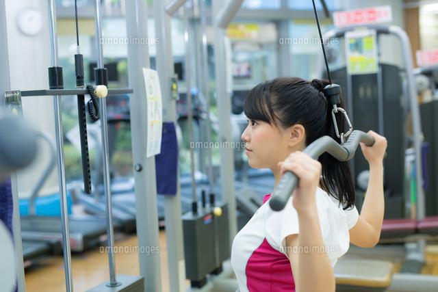 スポーツジムで運動する女性 (c)forty-one/amanaimagesRF