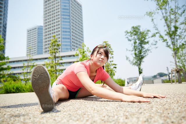 運動前に準備運動をする若い女性 (c)forty-one/amanaimagesRF