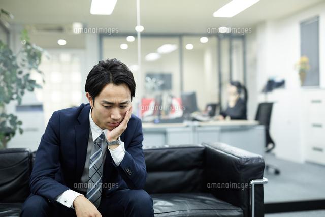 落ち込んだ表情のビジネスマン (c)forty-one/a.collectionRF
