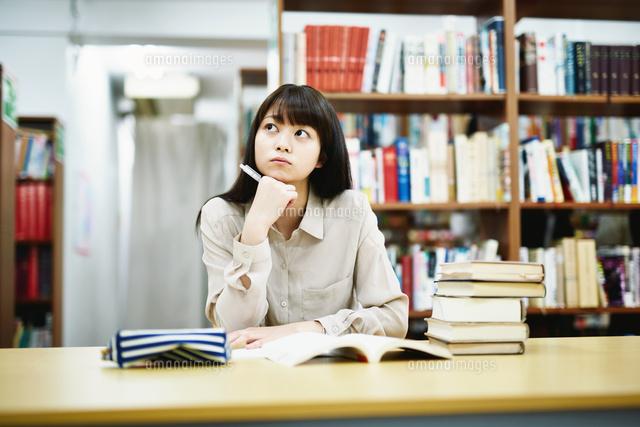 図書室で勉強する大学生 (c)forty-one/amanaimagesRF